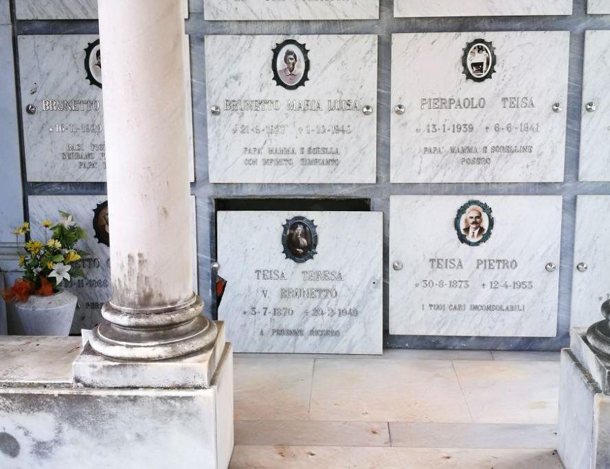LEINI - Macabro assalto dei vandali al cimitero: danneggiate le tombe di due donne