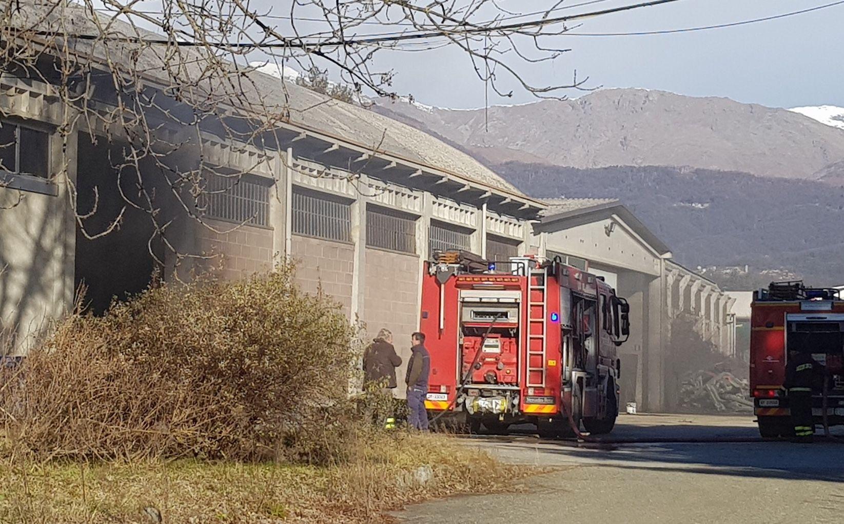 CASTELLAMONTE - Incendio in un capannone: intervento dei vigili del fuoco - FOTO E VIDEO